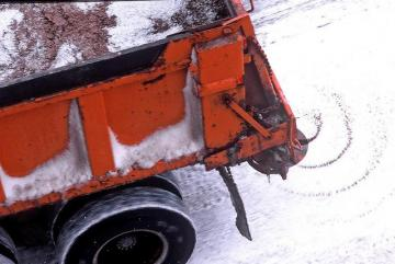 MnDOT truck spreading road salt